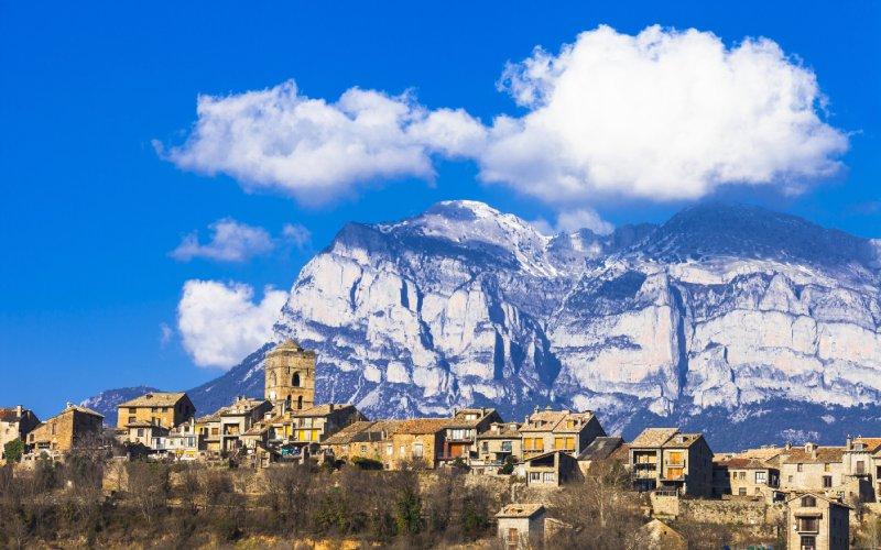 El pueblo de Aínsa con los Pirineos Aragoneses de fondo