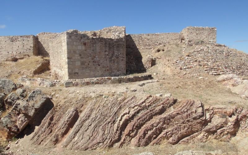 Fachada Este del Castillo de Alarcos, con restos de la torre pentagonal y foso