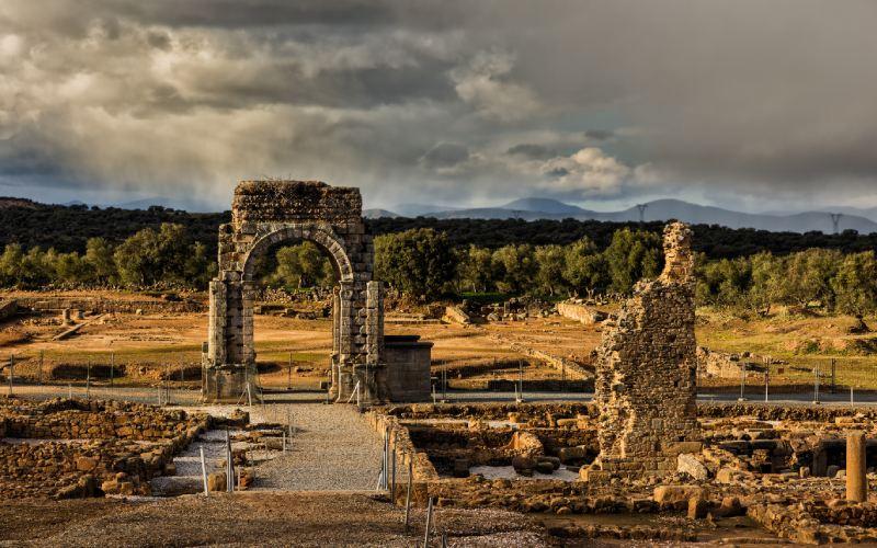 Arco y termas de Cáparra