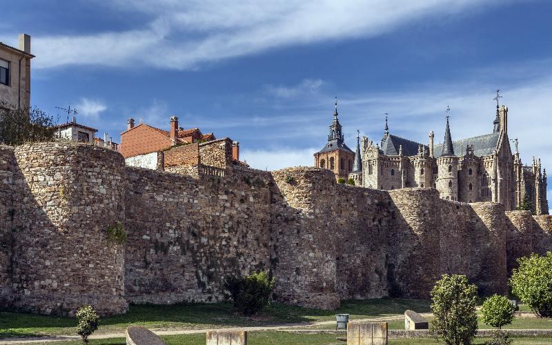 Murallas romanas de Astorga con la catedral y el palacio episcopal al fondo