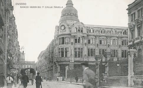 Antigua vista del Banco Herrero y la Calle Fruela, en Oviedo