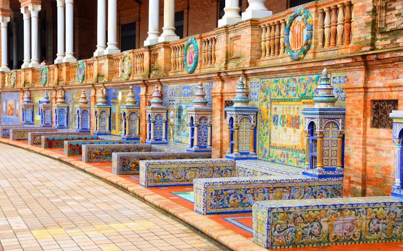 Bancos de la plaza de España de Sevilla