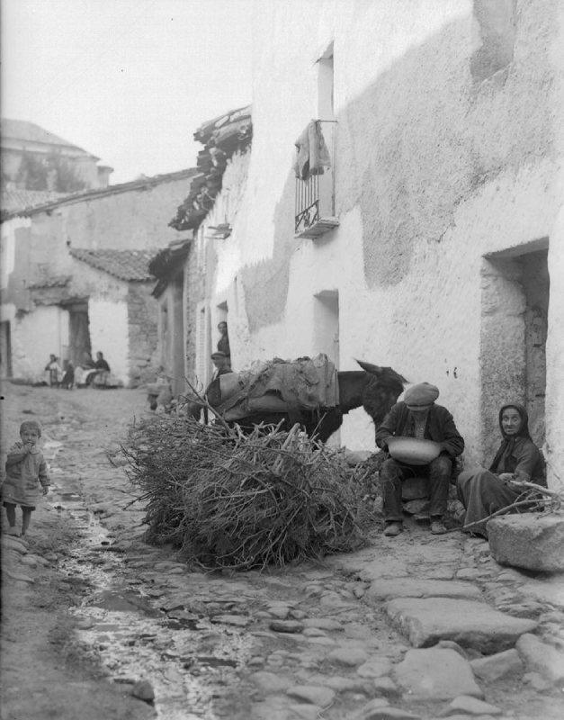 Hombre con una palangana en una casa rural de 1936
