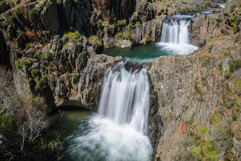Vista general de la doble cascada del Aljibe en Guadalajara, España