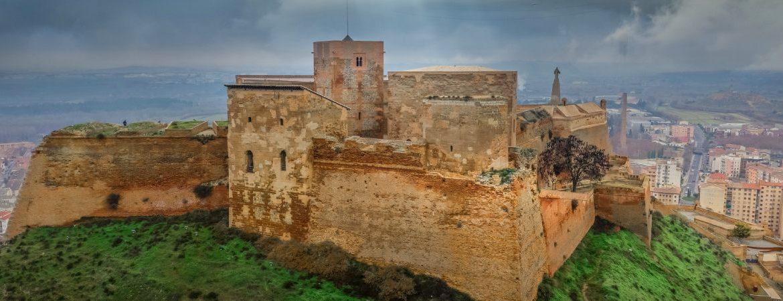 En primer plano Torre de Jaime I a la derecha y torreón de dormitorios a la izquierda