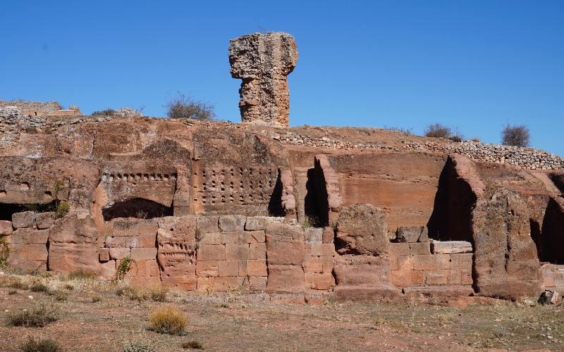 Ruinas de Tiermes y entorno de arenisca y arcilla