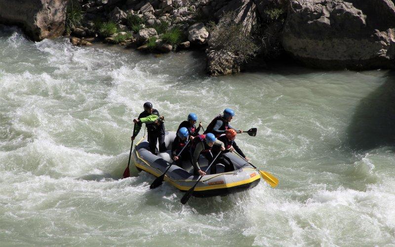 Un grupo de personas haciendo rafting en el río Gállego