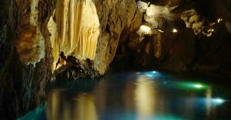 Gruta de las Maravillas, lagos subterráneos ocultos bajo un castillo medieval