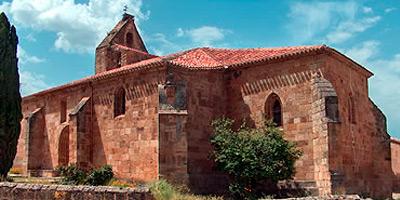 Fachada de la iglesia de Santa Cecilia, uno de los lugares que hay que ver en Salas de los Infantes