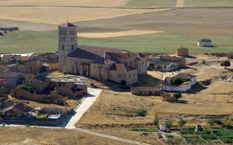 Iglesia de Torremormojón con su estilizada y sobria torre románica