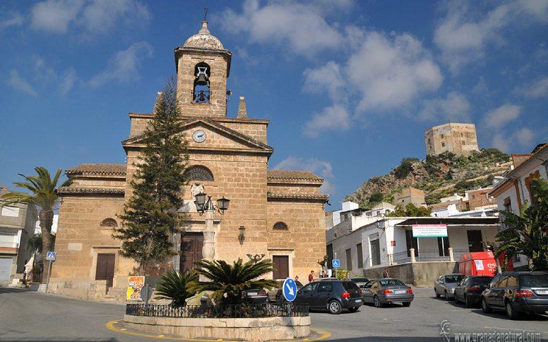 Fachada Iglesia de Vélez de Benaudalla, con el castillo de los Ulloa al fondo