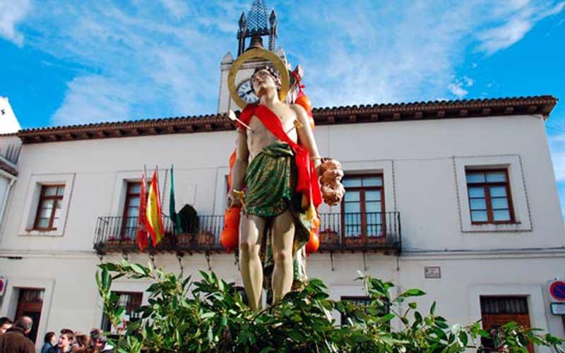 Imagen de san Sebastián ante el Ayuntamiento. Foto: Hermandad de San Sebastián