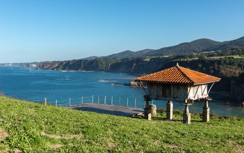 La costa asturiana desde uno de los hórreos de La Garita