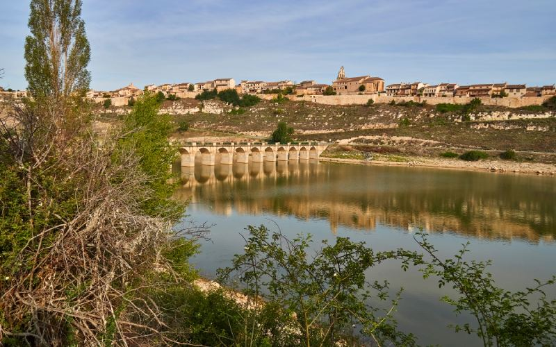 Maderuelo visto desde el otro lado del río