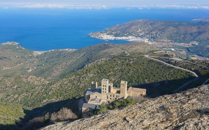 Monasterio Sant Pere de Rodes con la Costa Brava al fondo