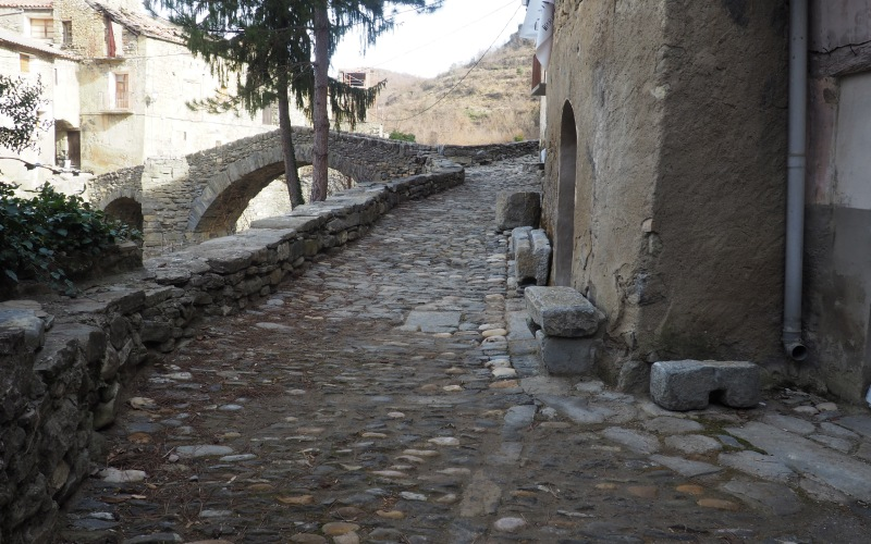 Una calle típica de Montañana en particular, de los pueblos de esta provincia en general