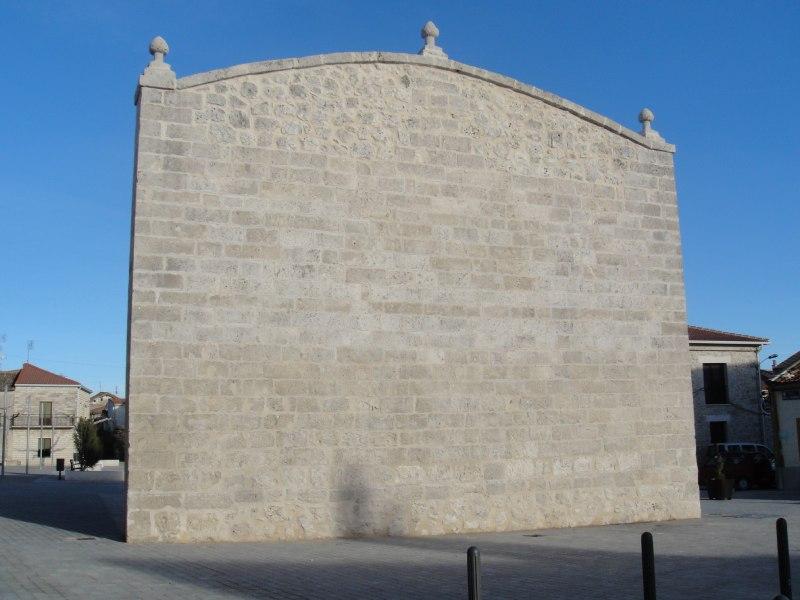 Frontón en la plaza mayor de Montemayor de Pililla
