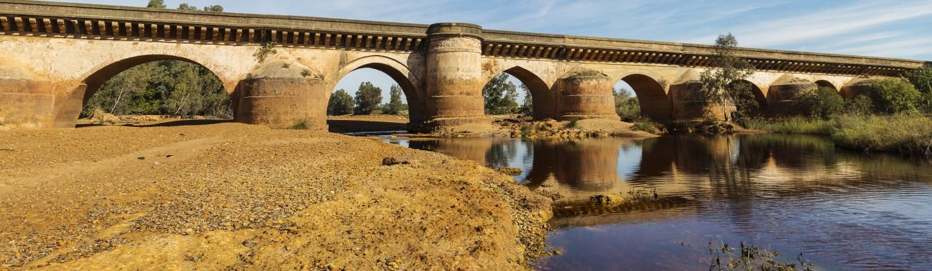Panorámica de un puente en Niebla, Huelva