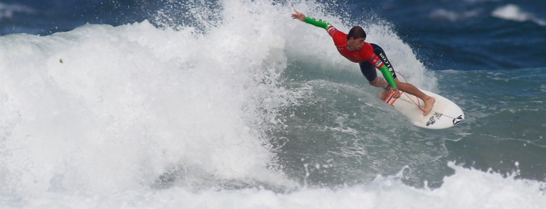 Surfero en la playa de Pantín