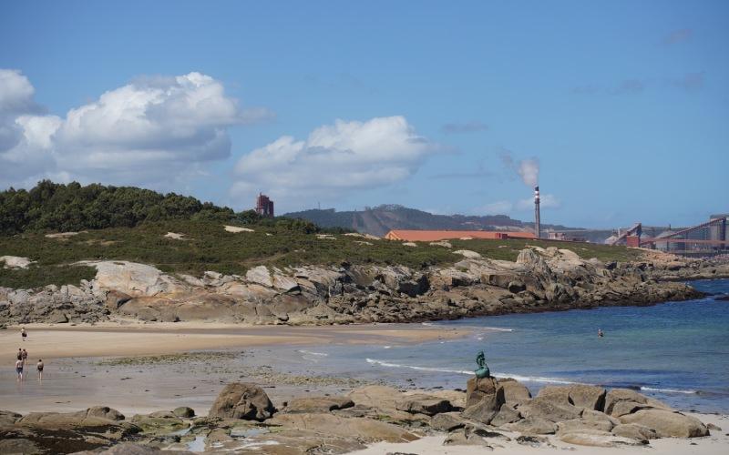 Estatua de la Maruxaina en la playa de San Cibrao