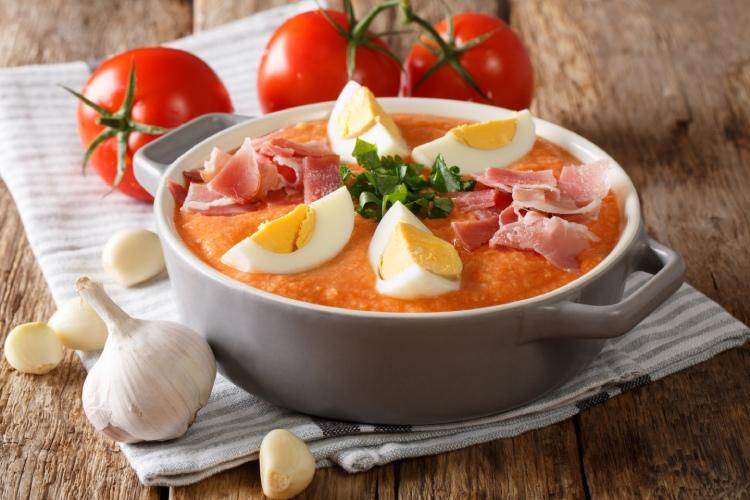 Plato de porra antequerana, una sopa fría ideal para el calor