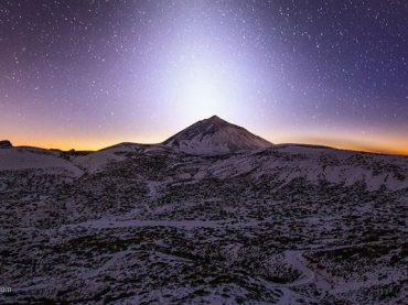 La luz zodiacal ilumina el Teide de manera espectacular