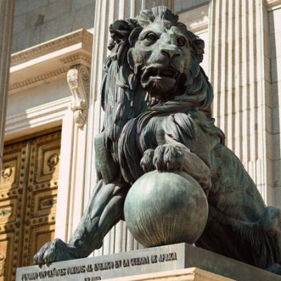 La extraña historia de los leones del Congreso