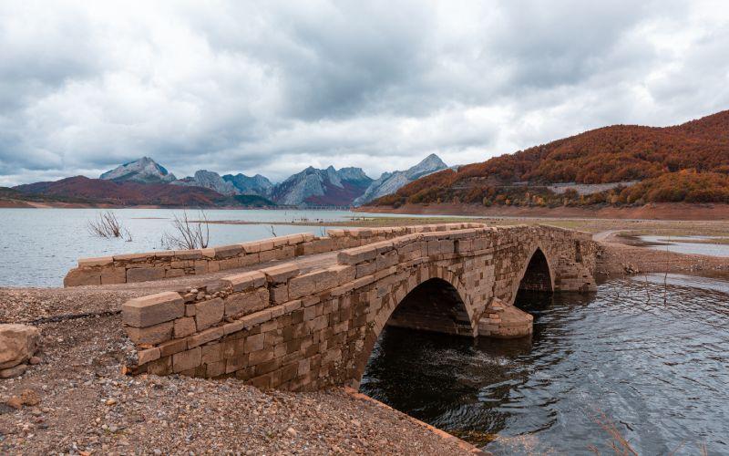 Antiguo puente del desaparecido pueblo de Pedrosa del Rey
