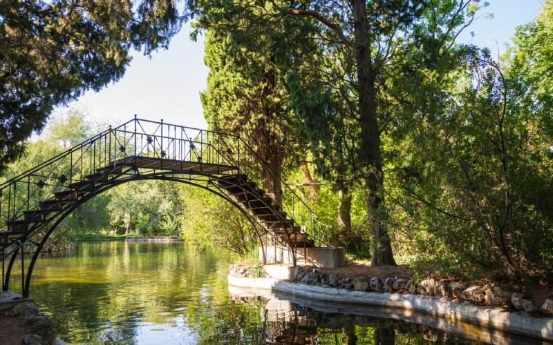 Puente de hierro de El Capricho, el primero en España (1830). | Shutterstock