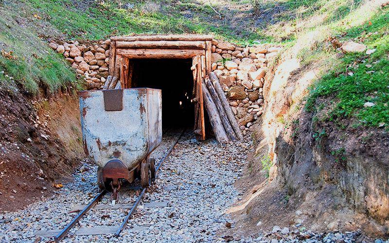 Entrada a una mina en el complejo minero de Puras de Villafranca