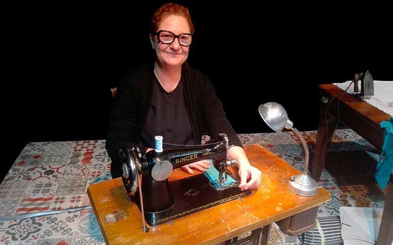 Rosario-Pardo-(como-Josefina-Manresa)-en-su-máquina-de-coser