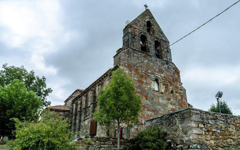Iglesia de San Cebrián de Mudá con su espadaña románica dominando la vista del pueblo