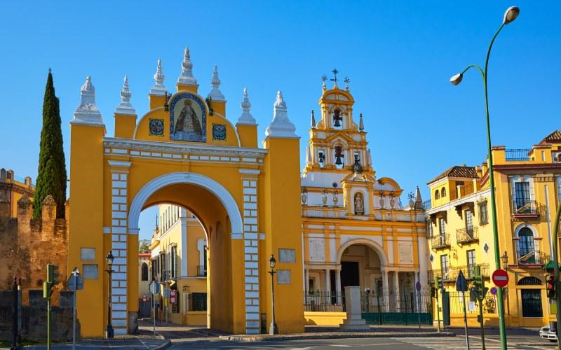 Puerta y basílica de la Macarena en Sevilla