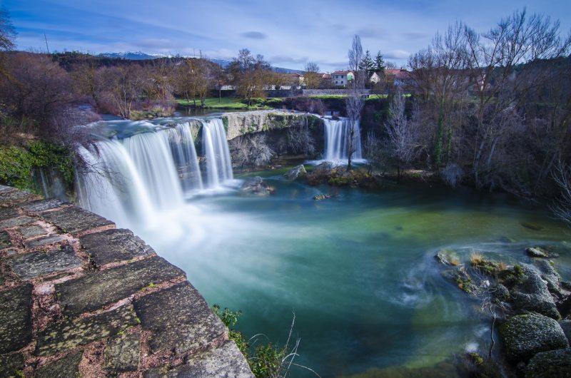 La cascada de la Tobalina fluye con fuerza