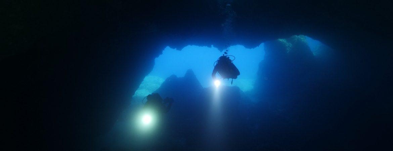 Buceadores en una cueva submarina