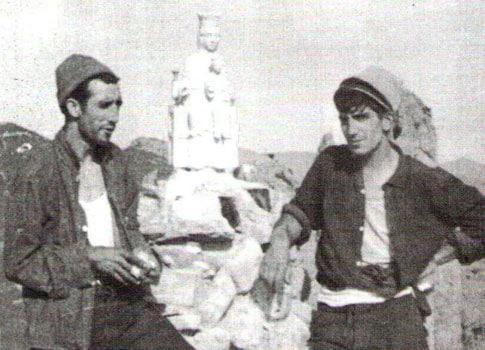 foto antigua Lugareños de Riglos junto a una imagen de la Virgen del Mallo