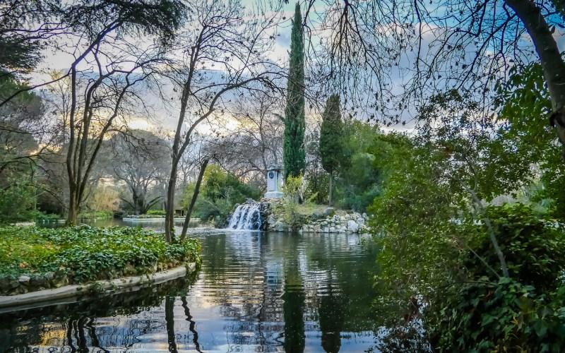 Vista de los jardines y el lago principal de El Capricho