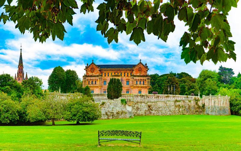 Vista del palacio de Sobrellano desde la campa frontal