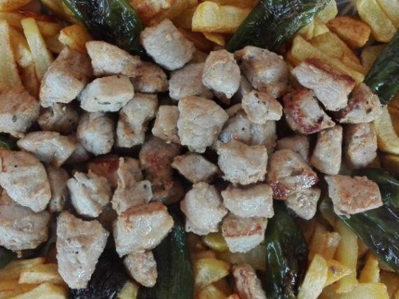 Raxo con patatas y pimientos de Padrón, sencillez gallega en su expresión más pura