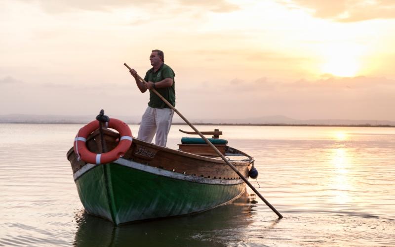 Barco usando la técnica de la perxa