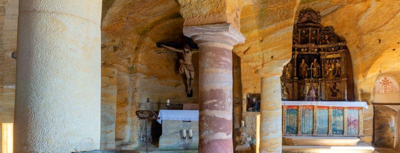 interior del eremitorio rupestre de Olleros de Pisuerga