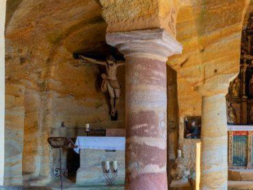 Una ermita de colores excavada en la roca, la iglesia de los Santos Justo y Pastor de Olleros