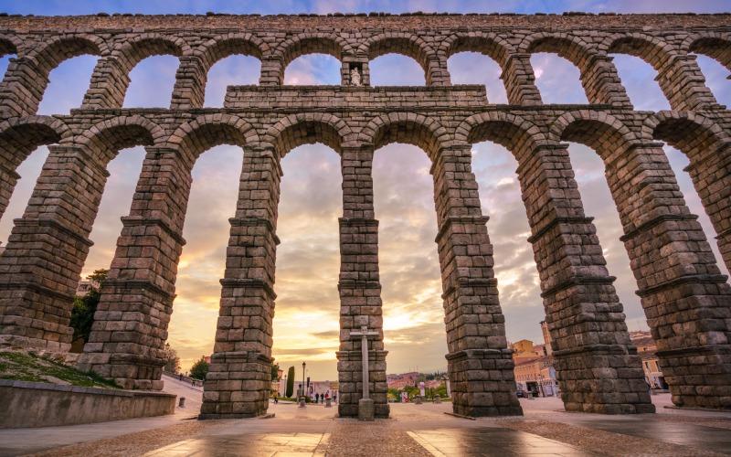 En su punto más alto, el acueducto de Segovia alcanza casi 30 metros