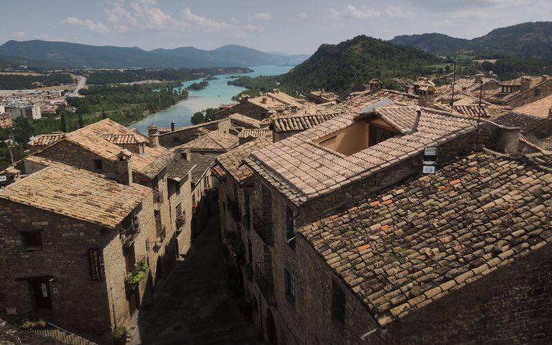 Imagen de los tejados de Ainsa, con el Ara al fondo, tomada desde la torre de la Iglesia