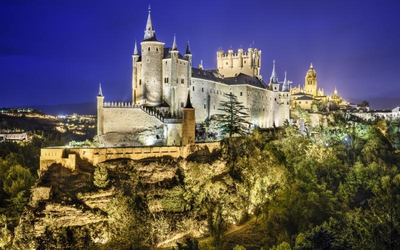 Panorámica del Alcázar de Segovia, iluminado durante la noche