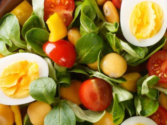 Ensalada de altramuces, huevos y canónigos, una receta con aroma a sur