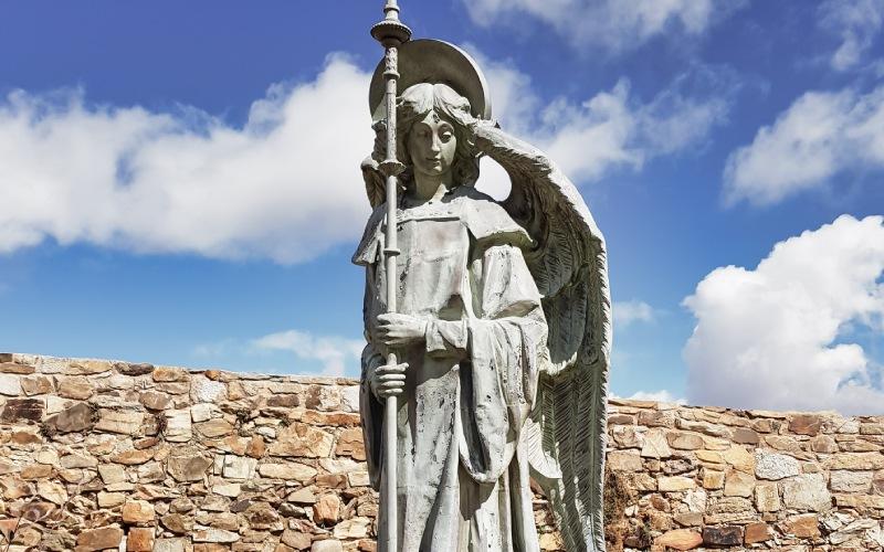 Uno de los tres angelotes que están situados colindantes al palacio