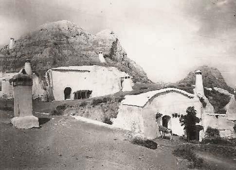 Antigua foto de las cuevas típicas de Guadix