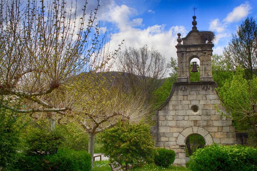 Portada de la iglesia de Ribadelago Viejo en Ribadelago Nuevo, Galende
