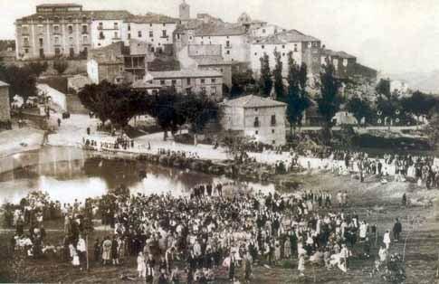 El pueblo de Sos del Rey Católico en un día de fiesta foto antigua